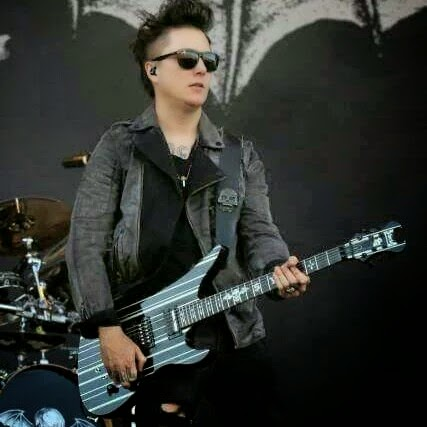 Who is Synyster Gates A7X (eza)?